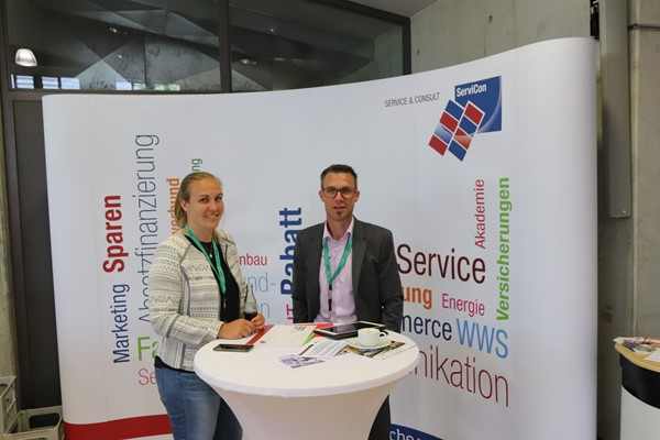 (v.l.n.r.) Julia Simonis, Referentin Vertrieb & Marketing, und Michael Zangerle, Referent Marketing & Vertrieb, ServiCon Service & Consult eG