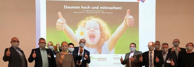 Die vier angehenden Vollzeit-Klimaprofis trafen am 5. Oktober 2020 in Essen auf fünf Vertreter der Klimaverbundpartner: Die REWE-Group, expert, NOWEDA, Sagaflor und die BÄKO Weser-Ems sind im Boot, um Klimaschutz und energieeffizientes Wirtschaften für den Mittelstand neu zu denken.