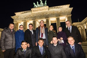 Die Brasilien-Delegation vor dem Brandenburger Tor in Berlin